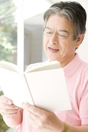 本を読むシニア男性